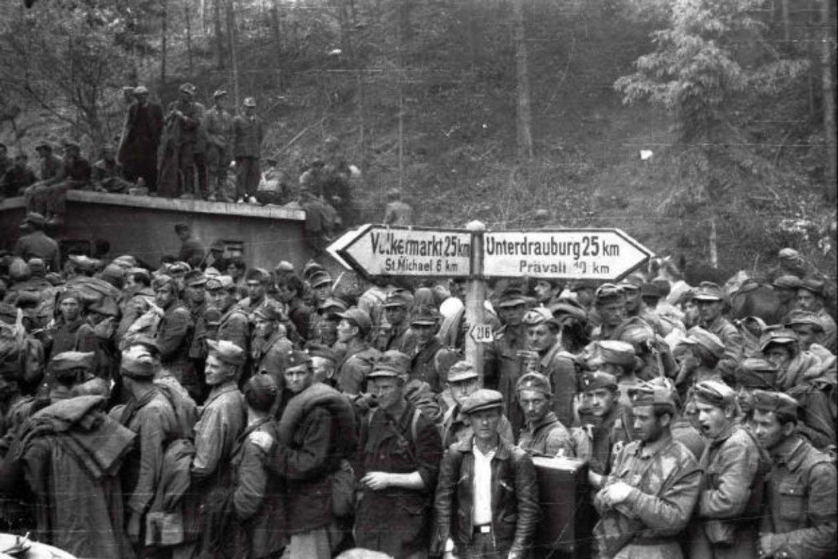 Zarobljeni pripadnici OS NDH u blizini Blajburga, sredina maja 1945. (Foto: index.hr)