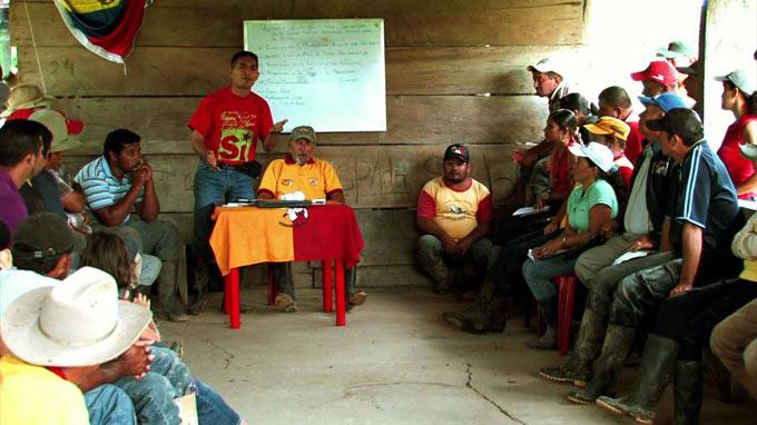 """foto: kadar iz filma """"Comuna Under Construction"""", www.azzellini.net"""