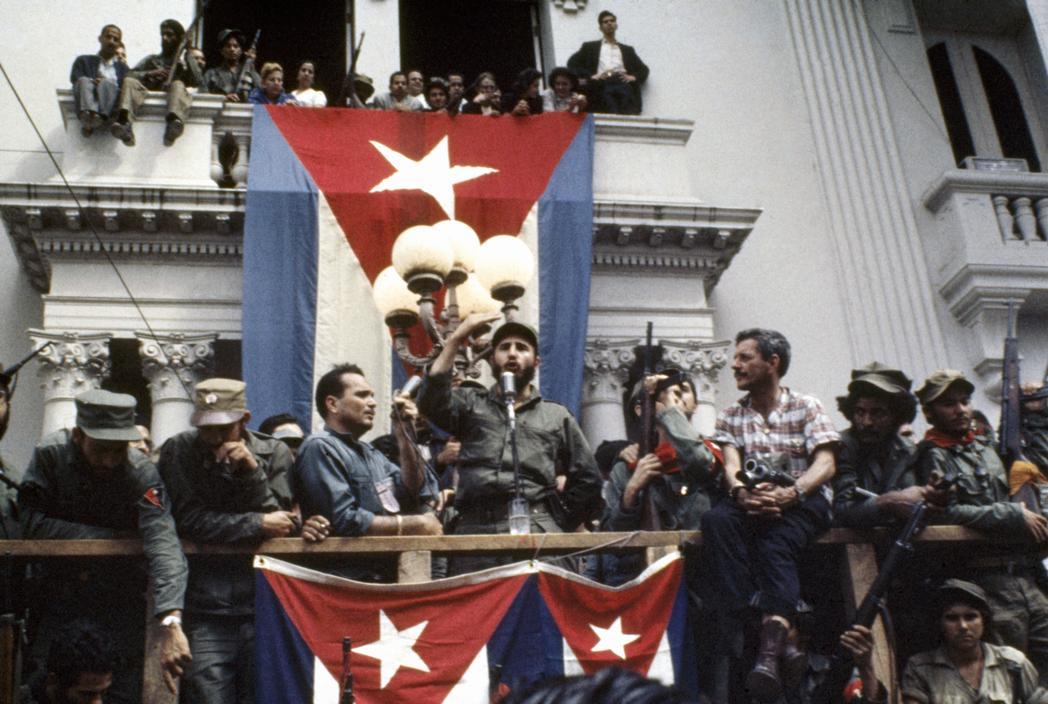 Fidel Kastro se obraća okupljenima ispred gradske skupštine u Santa Klari pred marš na Havanu, 1959. foto: Andrew Saint-George; izvor: lezumbalaberenjena / flickr