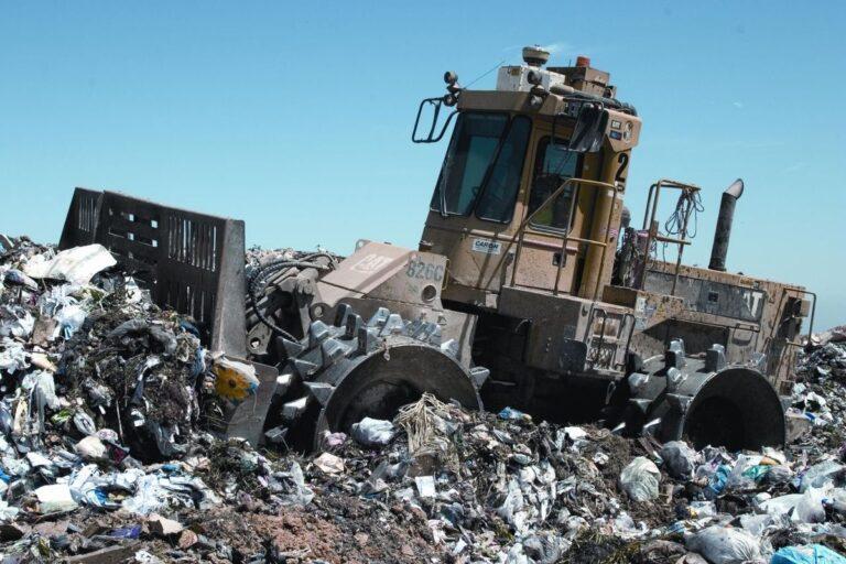 bager na deponiji smeća