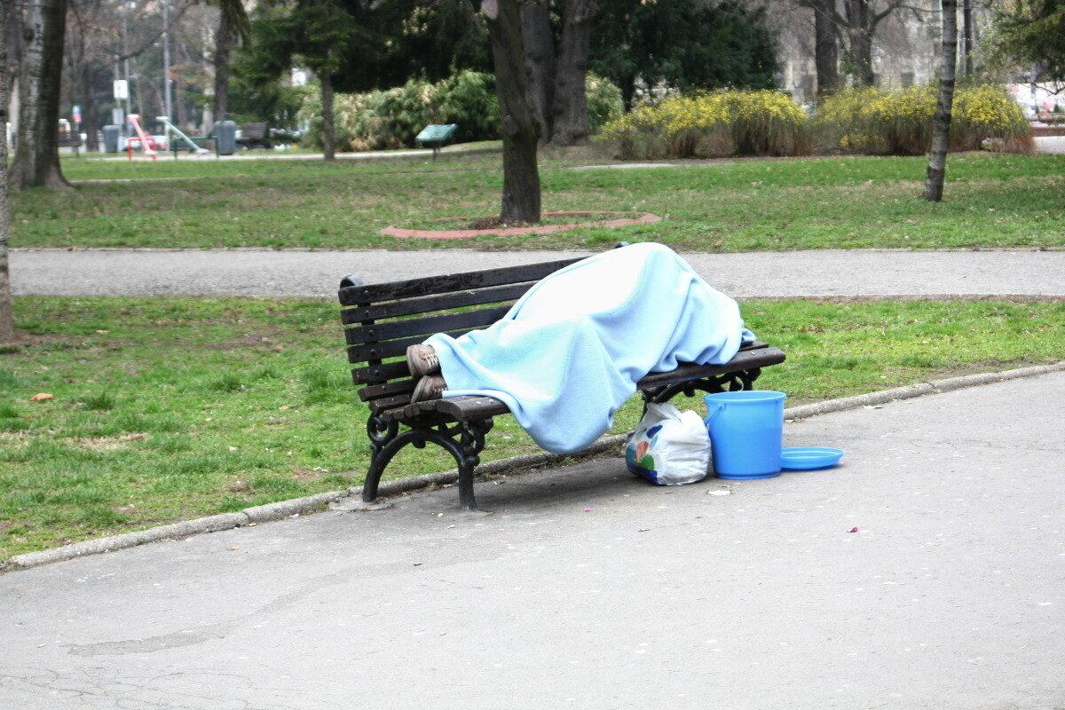 beskućnik na klupi