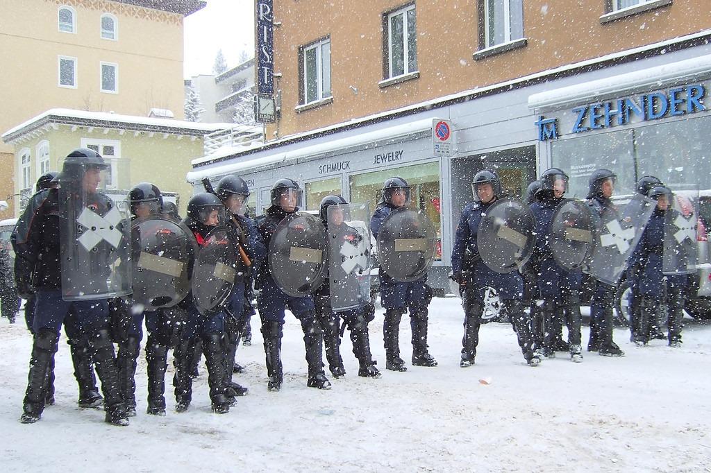 Švajcarska policija blokira ulicu u Davosu; Foto: Kecko / Flickr