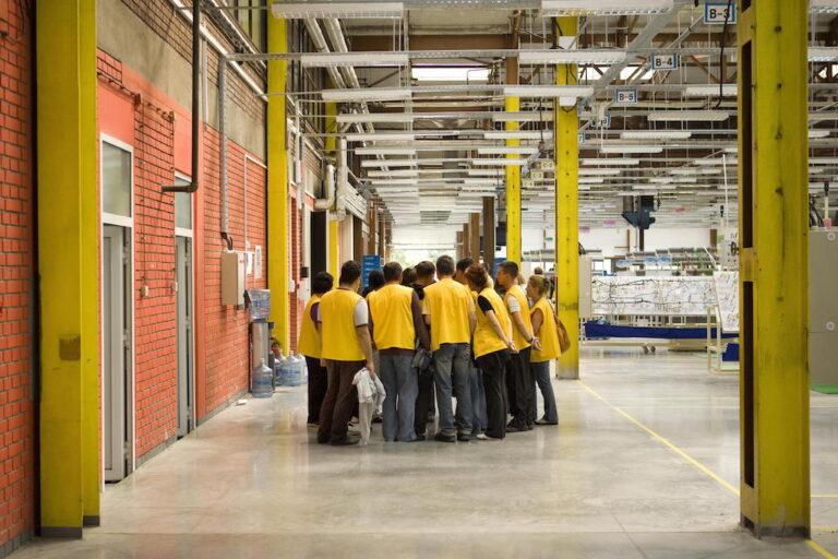 radnici u fabričkoj hali