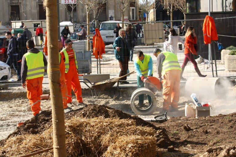 radnici rade na popločavanju puta