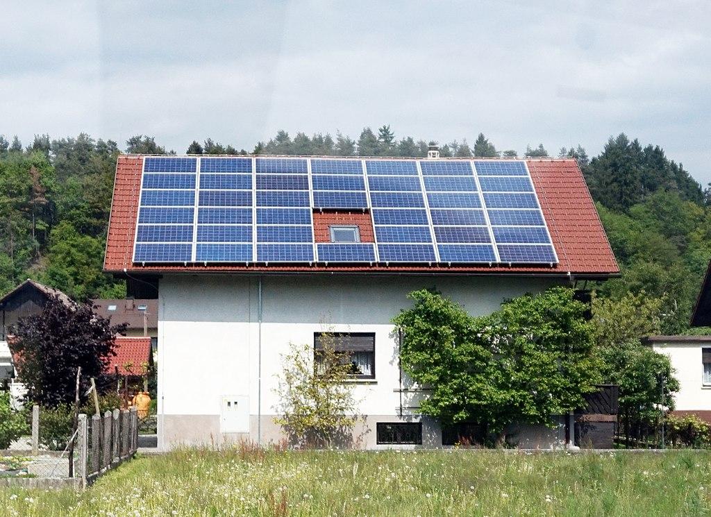 Solarni paneli na krovu kuće; Foto: Tiia Monto / Wikipedia