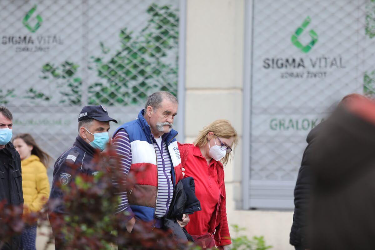 Gojka Lalovića odvode policija i hitna pomoć