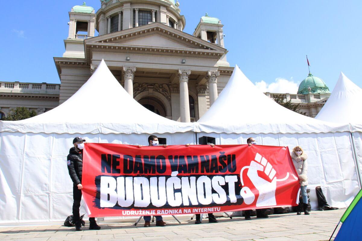 šatori i baner frilensera ispred Skupštine Srbije