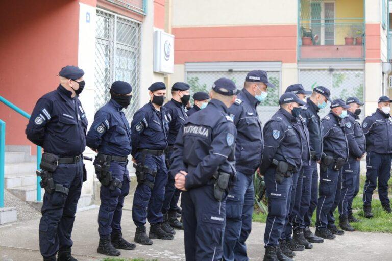 Kordon policije ispred zgrade na Bežanijskoj kosi u Beogradu