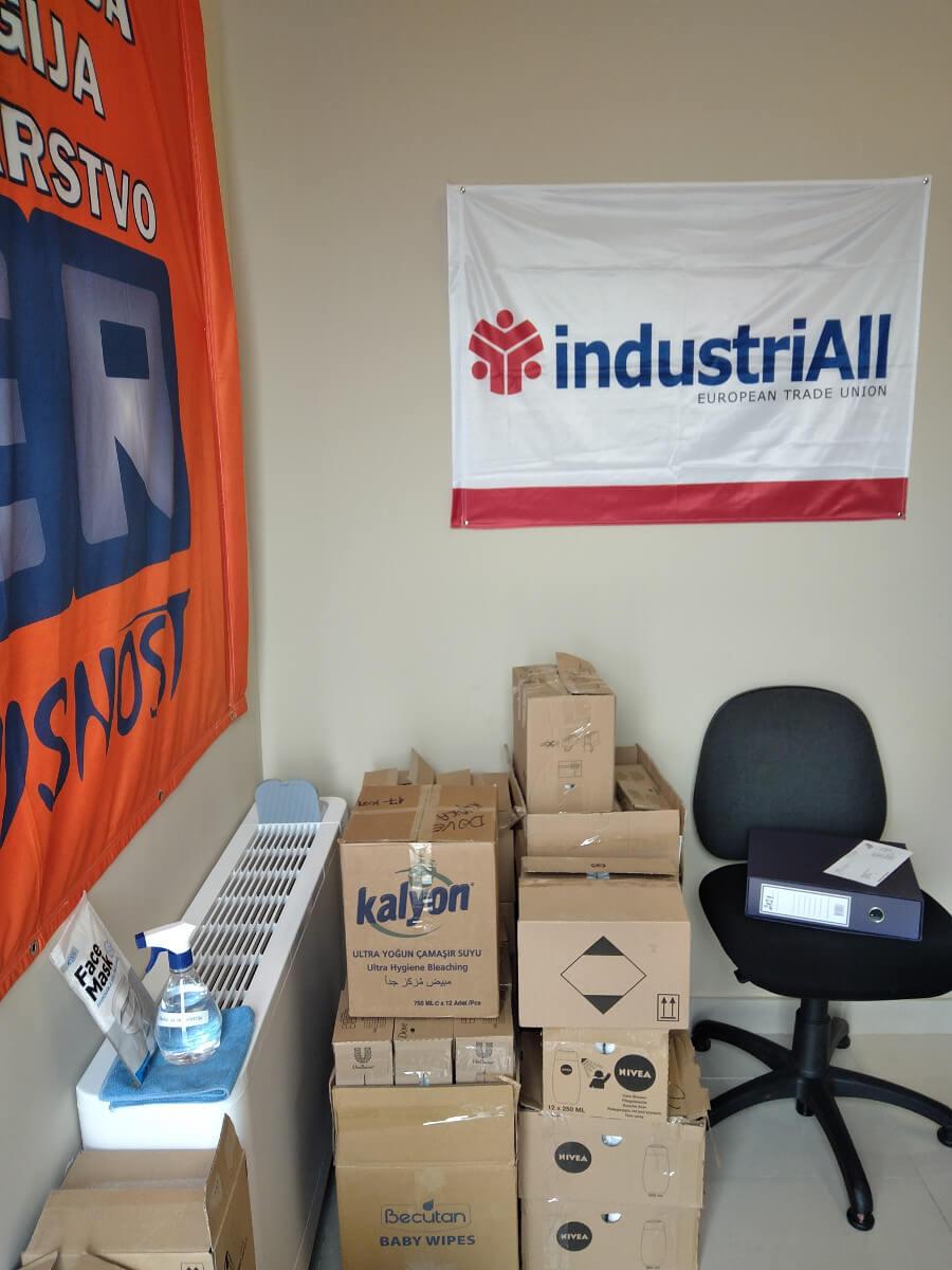 sindikalne zastave na zidu kancelarije sindikata u kompaniji Vali