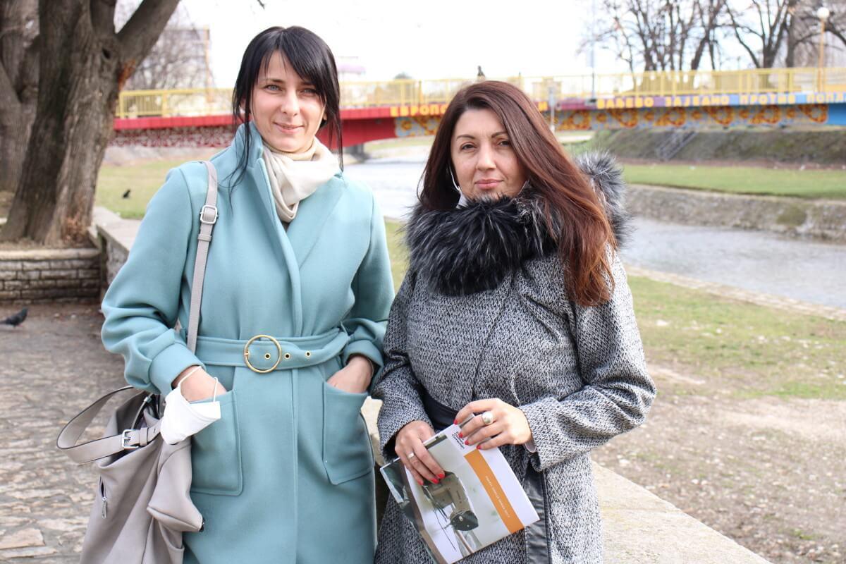Sindikalke iz Valjeva poziraju za fotografiju na gradskom keju