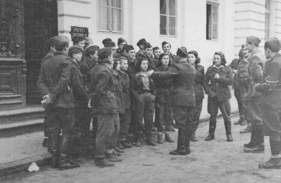 Članovi kulturne ekipe 2. divizije u Srbiji 1944. godine