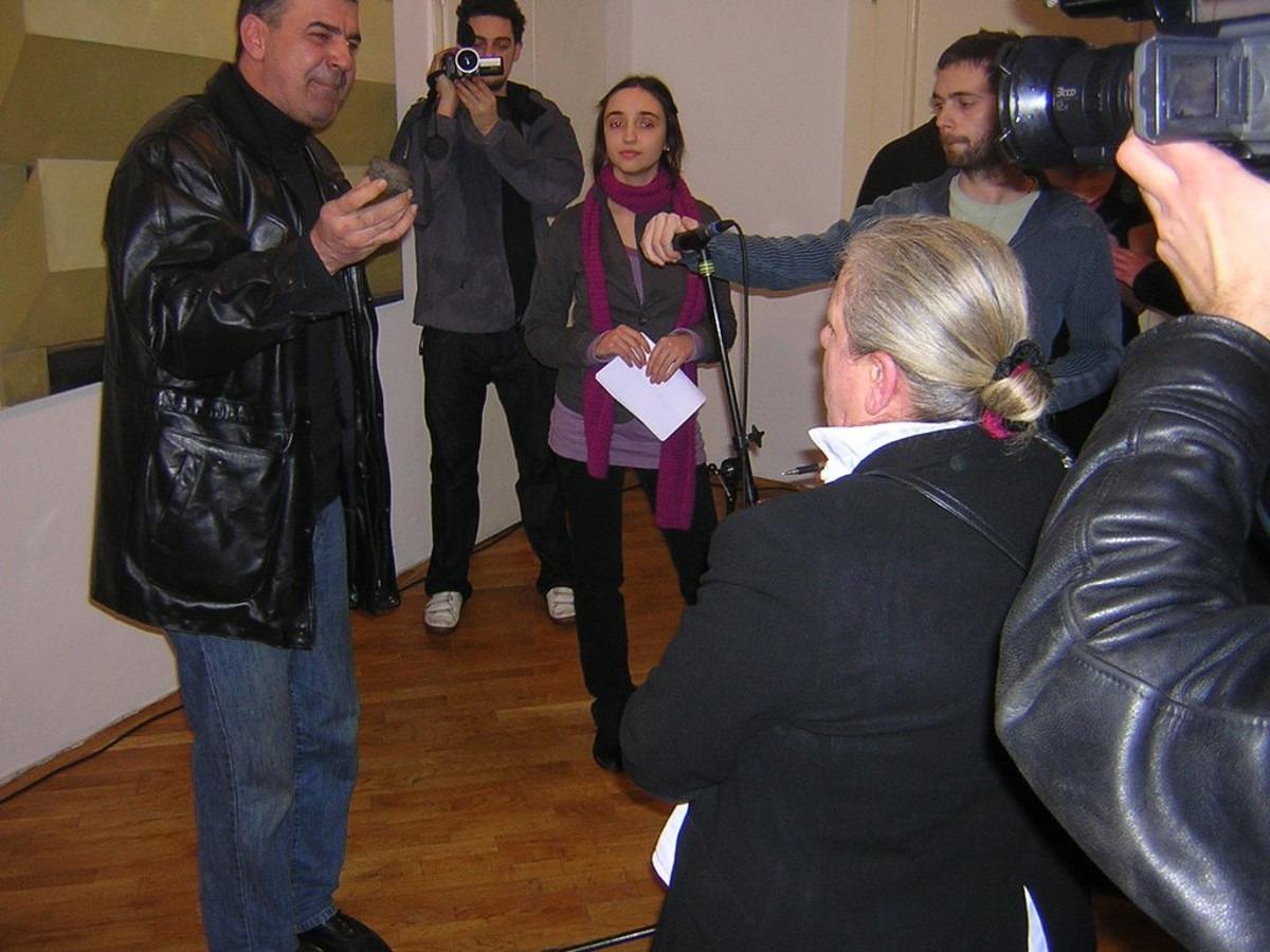 Prekidanje obraćanja kustosa; Foto: Vladimir Jerić Vlidi