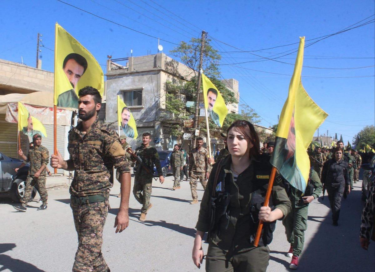 Borci i borkinje nose zastave s likom Abdulaha Odžalana; Foto: Kurdishstruggle / Flickr