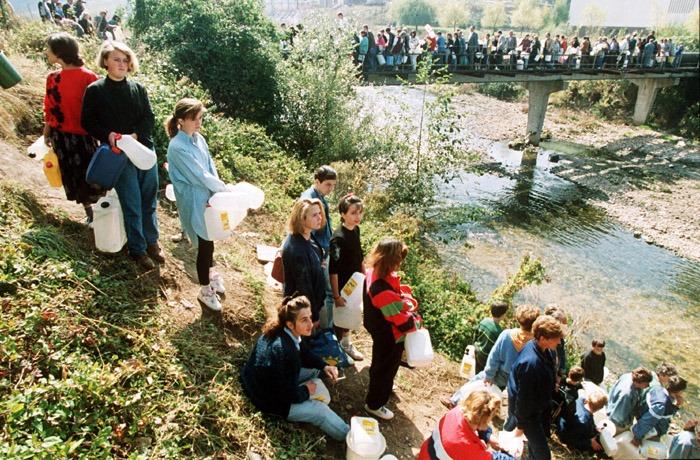 Građani Sarajeva čekaju u redu za vodu tokom opsade grada; 1992. godina
