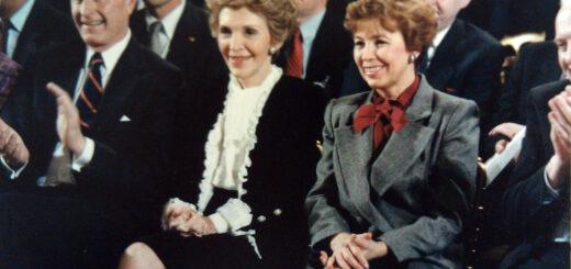 Džordž Buš, Nensi Regan i Raisa Gorbačev na američko-sovjetskom samitu u Vašintonu 1987; Foto: White House photographer / Wikipedia