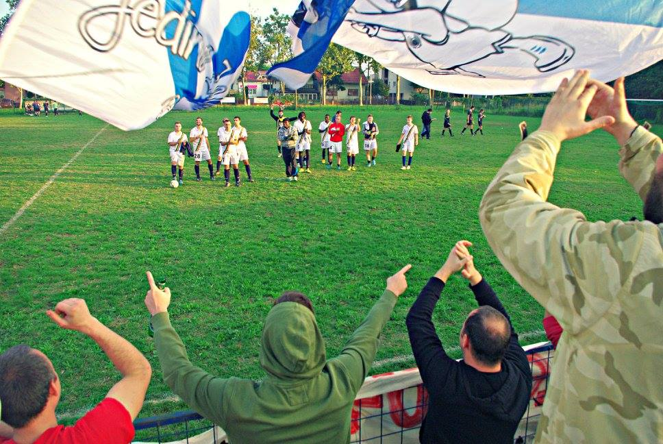 navijači pozdravljaju fudbalere