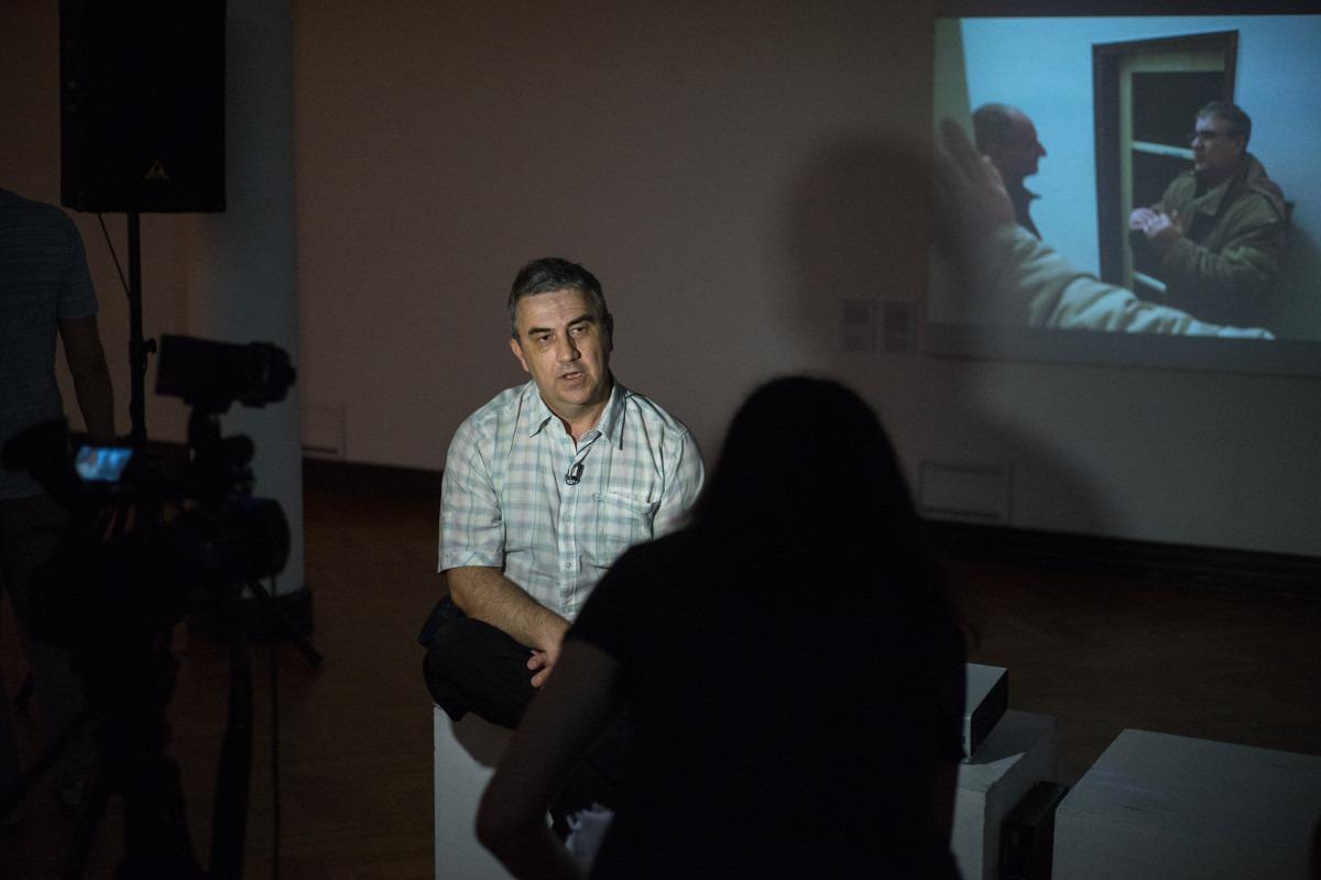 Goran Zrnić daje intervju na otvaranju izložbe; Foto: Srđan Veljović