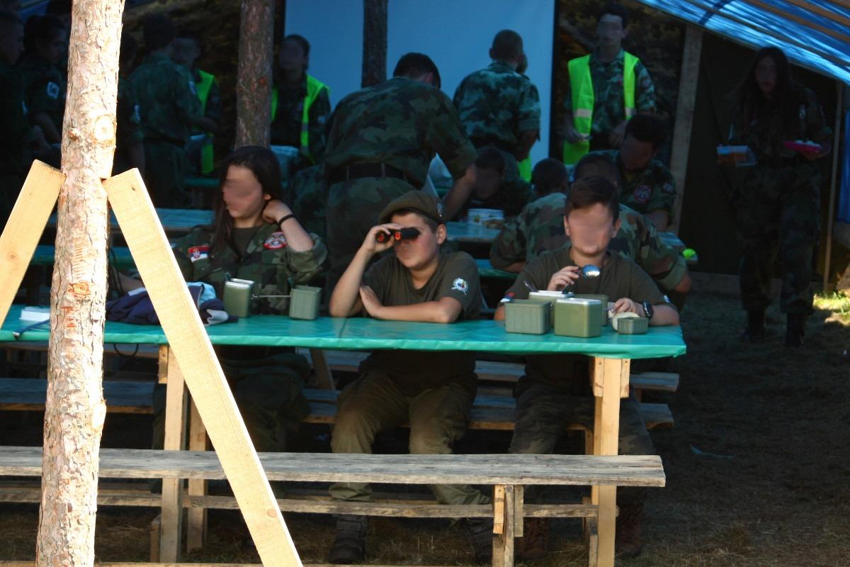 Tokom ručka u improvizovanom vojnom šatoru; Foto: Marko Miletić / Mašina