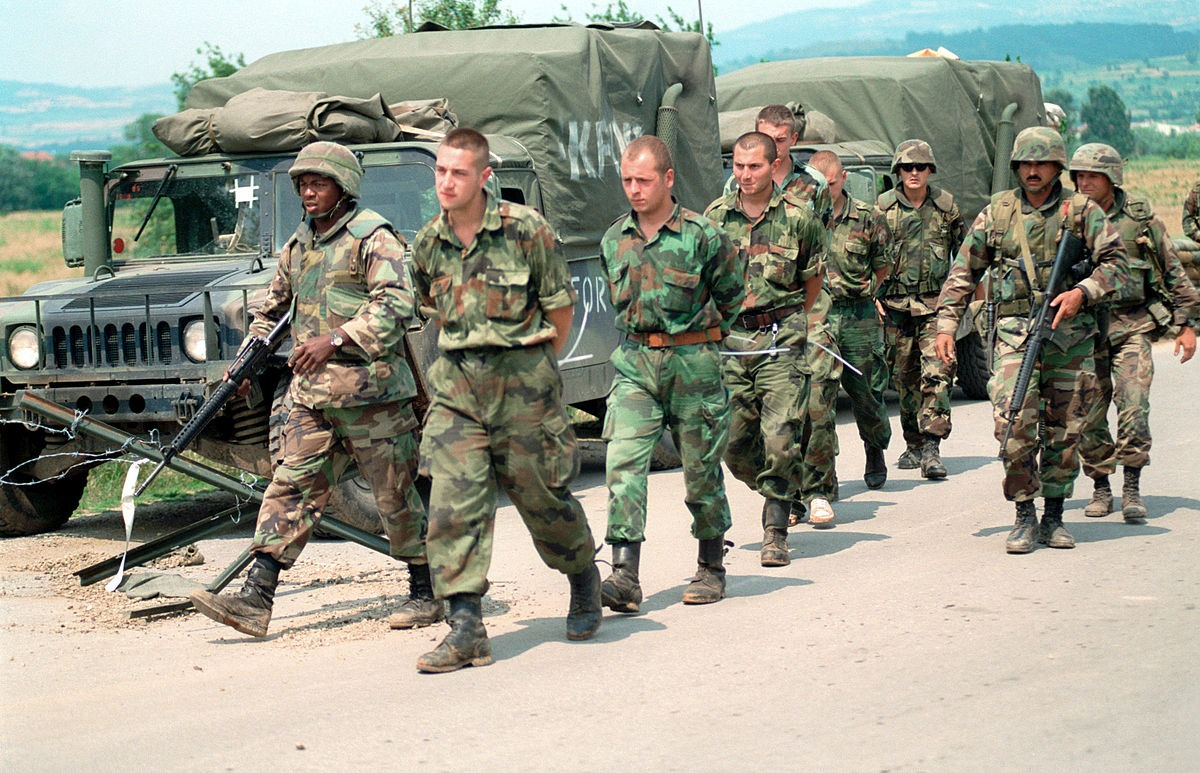 Američki marinci sprovode zarobljene srpske vojnike do granice Kosova i Srbije; Foto: SGT Craig J. Shell, U.S. Marine Corps / Wikipedia