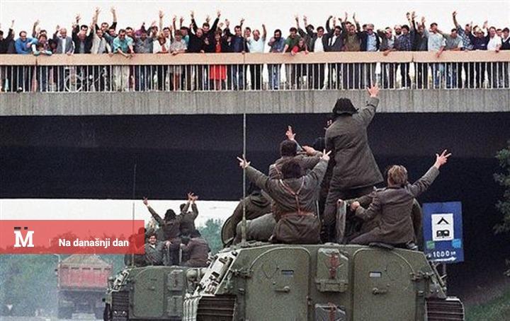 Građani pozdravljaju tenkove koji prolaze kroz Beograd