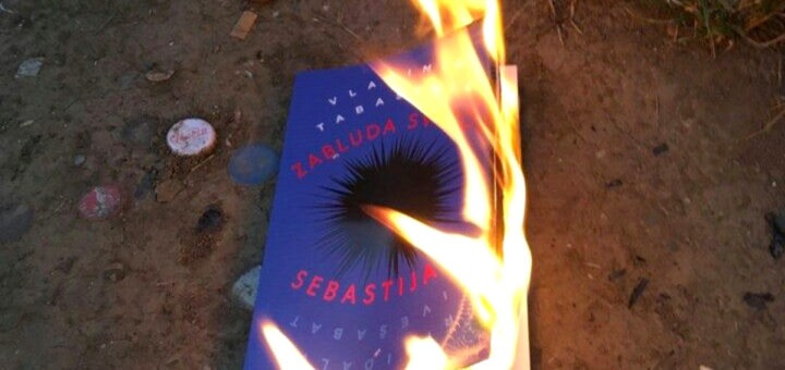 "Knjiga ""Zabluda Svetog Sebastijana"" u plamenu; Foto: Vladimir Tabašević / Facebook"