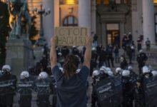 Šesti dan protesta. Policija hapsi nenasilne aktiviste. KNG poziva na protest ispred zatvora.