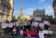"""Studenti iz Srbije u Parizu dočekali Aleksandra Vučića transparentima """"Ti si kovid Srbije"""""""