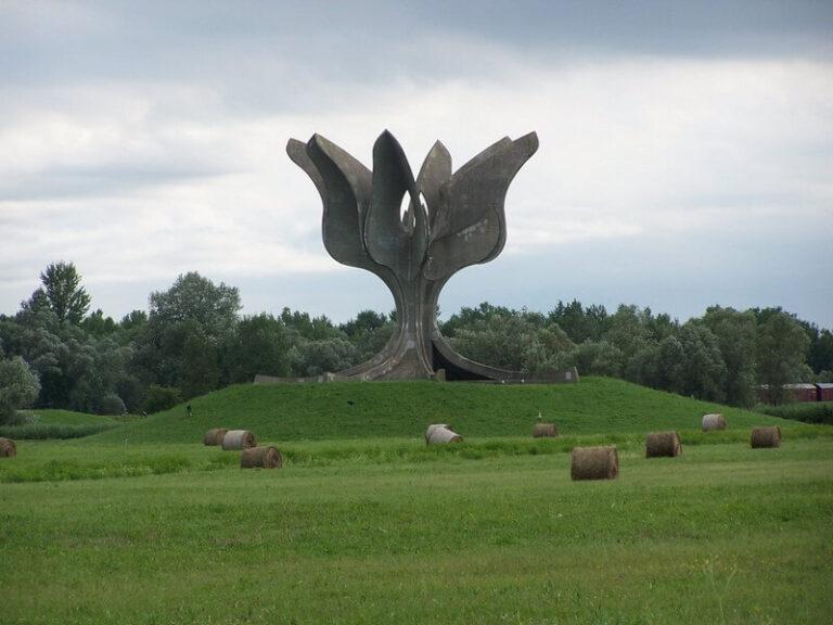 Kameni cvet, spomenik Bogdana Bogdanovića u memorijalnom kompleksu Jasenovac