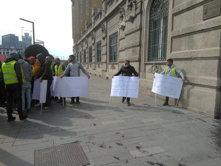 Strani radnici drže transparente na protestu ispred sedišta kompanije Beograd na vodi