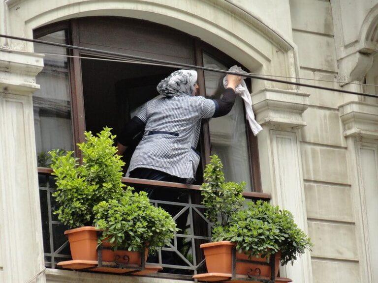 Kućna pomoćnica pere prozor
