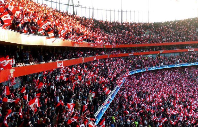 Tribine fudbalskog stadiona ispunjene navijačima